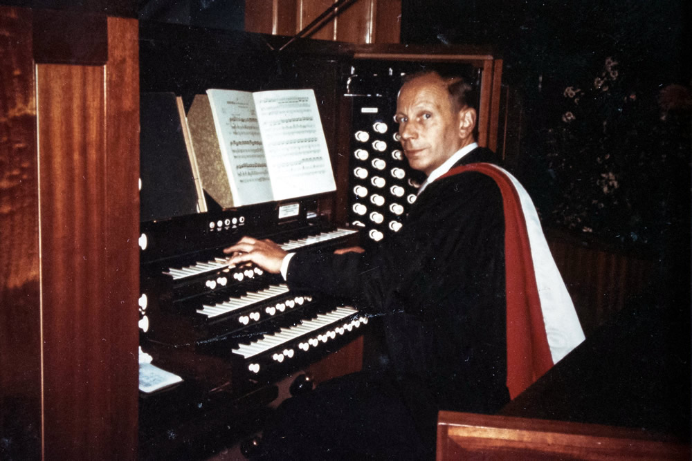 Eric Thiman at the organ of the City Temple